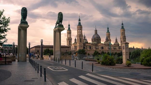 Basilique cathédrale de notre-dame du pilier et sculpture de lions en bronze du pont. une église catholique romaine dans le vieux centre-ville de saragosse. monument historique de la région d'aragon au nord de l'espagne