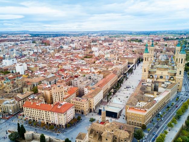 Basilique cathédrale de notre-dame du pilier vue panoramique aérienne, ville de saragosse dans la région d'aragon en espagne