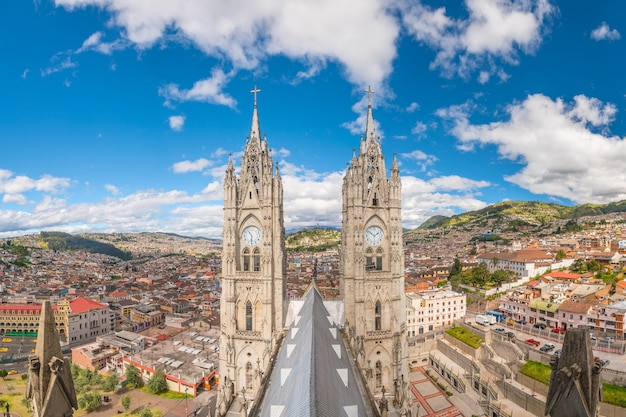 Basilique del voto nacional et centre-ville de quito en equateur
