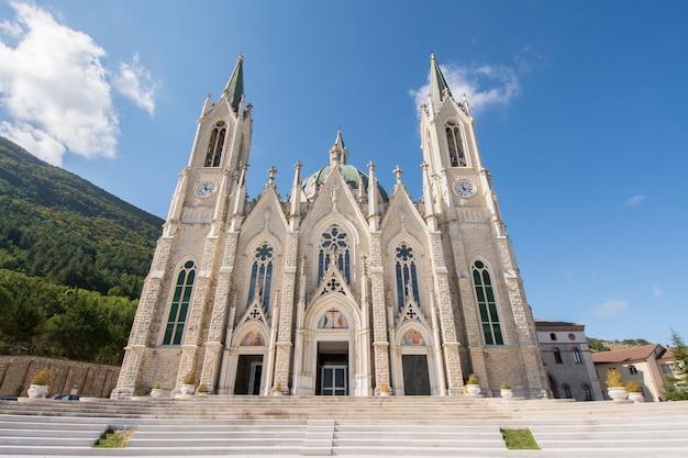 La basilique santuario di maria santissima addolorata, est un sanctuaire moderne situé dans le parc matese, près d'isernia