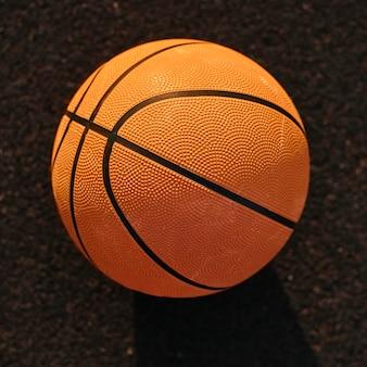 Basket-ball à angle élevé sur un gros plan de champ