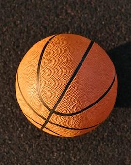 Basket-ball sur un gros plan de terrain