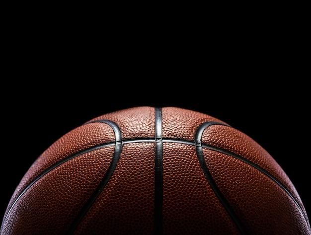 Basket-ball isolé sur noir