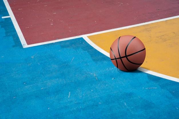 Basket-ball sur le sol coloré