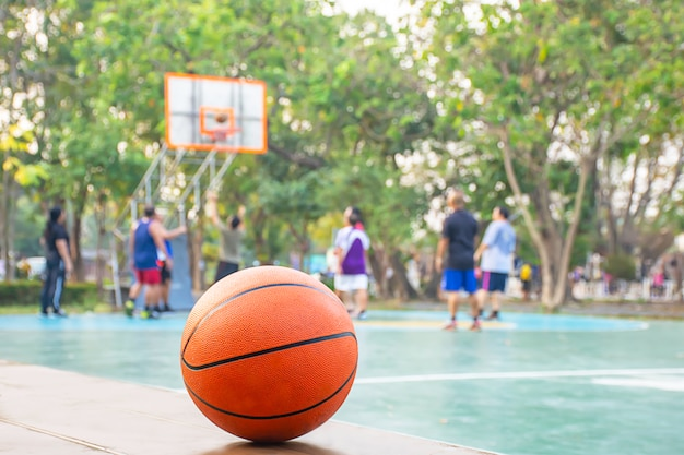 Basketball sur la chaise en bois