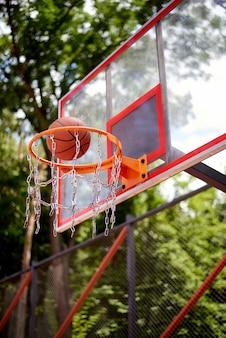 Basketball entrant dans le cerceau