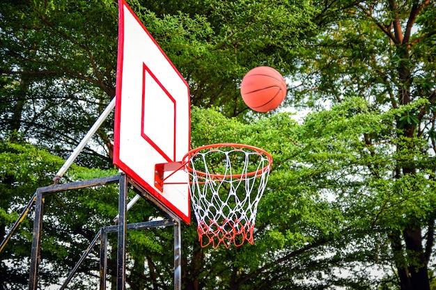 Le basketball est sur le point de flotter en basketball.