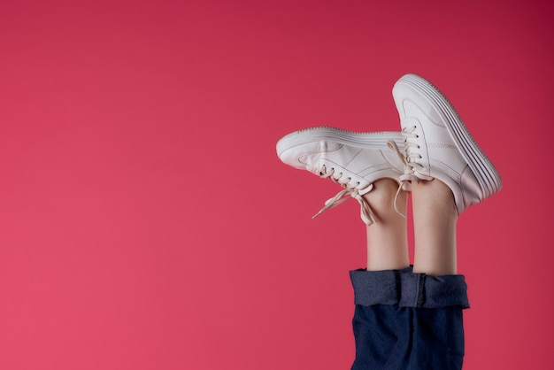 Baskets blanches à l'envers jambes mouvement rue mode rose