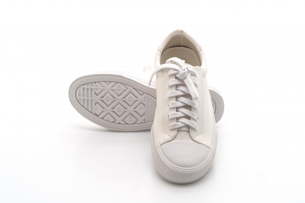 Baskets blanches sur fond blanc