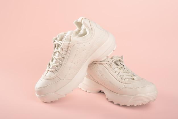 Baskets blanches sur fond rose clair baskets à la mode pour femmes chaussures de sport pour temps froid