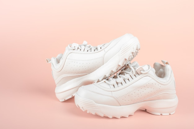 Baskets blanches sur fond rose clair chaussures femme