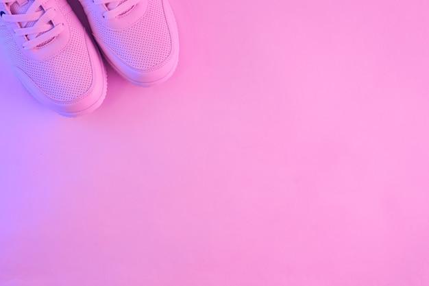 Baskets blanches à la mode en néon. chaussures de sport pour s'entraîner dans la salle de gym. minimalisme créatif.