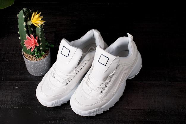 Baskets blanches pour femmes pour le sport. sur fond noir