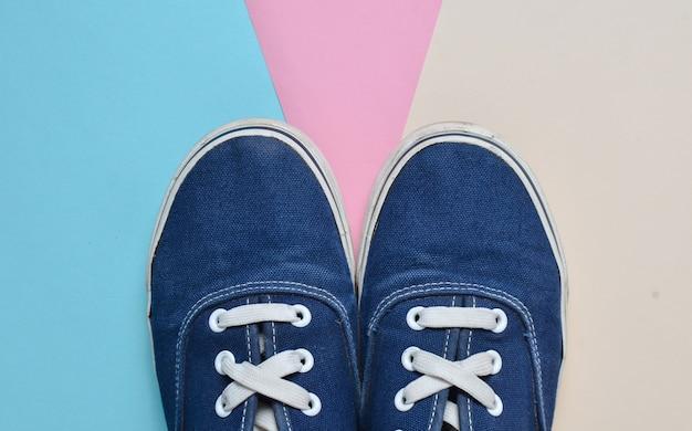 Baskets bleues à la mode sur un fond coloré pastel. tendance du minimalisme. vue de dessus.