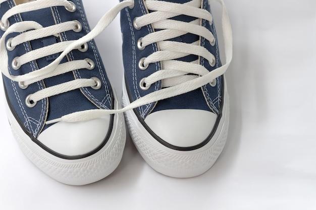 Les baskets bleues sont sur fond blanc.