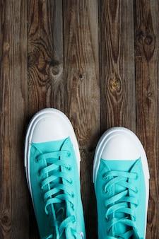 Baskets bleues sur une surface en bois