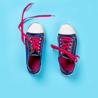 Baskets classiques sur fond bleu clair, au dessus de la vue. image avec espace pour texte ou autre conception