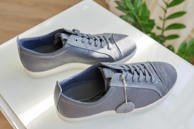 Baskets en cuir gris à la mode pour hommes, design décontracté. nouvelle paire de chaussures à la maison, achats en ligne, soldes de saison, tendances chaussures homme