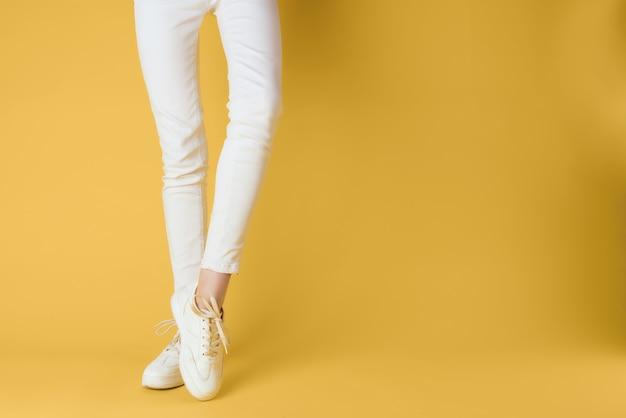 Baskets femmes blanches posant la mode de la rue vue recadrée fond isolé