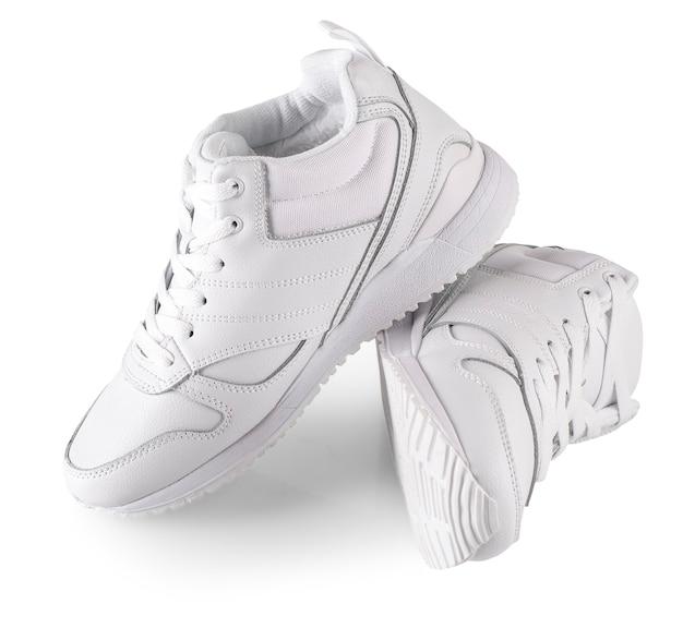 Les baskets d'hiver pour femmes blanches isolées sur blanc. paire de femmes à la mode