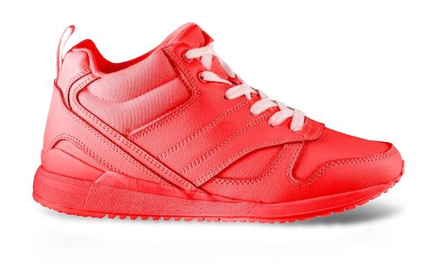 Les baskets d'hiver pour femmes rouges isolées sur blanc. paire de femmes à la mode