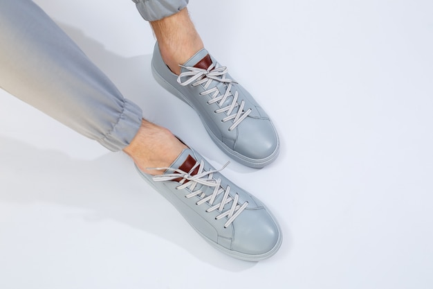 Baskets homme un jour très gris en cuir naturel, chaussures jambes homme en cuir gris. photo de haute qualité