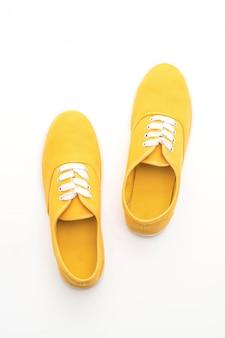 Baskets jaunes sur fond blanc