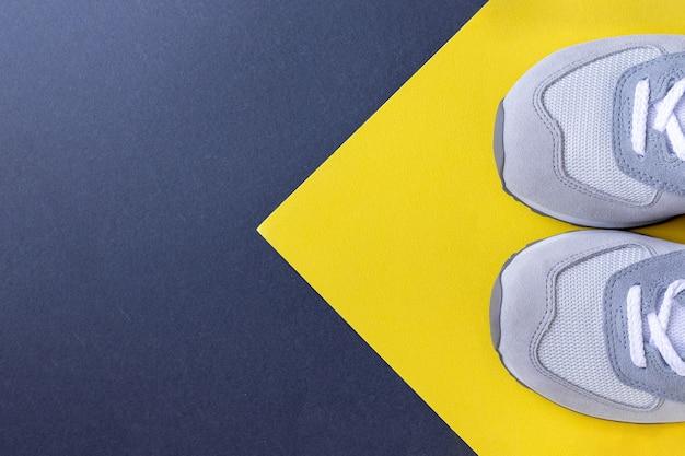 Baskets de marche sur papier jaune gris