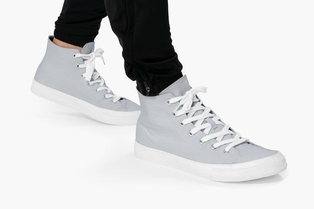 Baskets montantes grises sur blanc