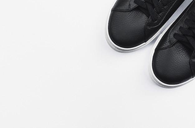 Baskets noires sur fond blanc