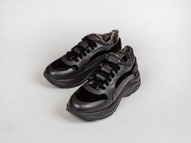 Baskets noires pour femmes pour un froid extrême, vue latérale. flou, gros plan