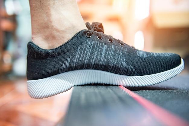 Baskets pour courir sur fond flou
