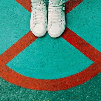 Baskets pour femmes au fond de la ville. chaussures de mode élégantes