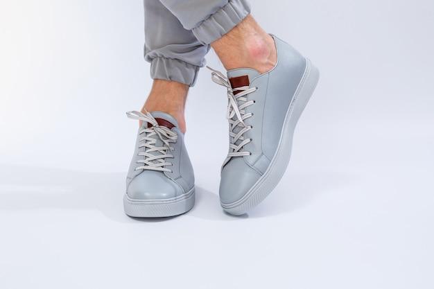 Baskets pour hommes un jour très gris de chaussures de jambes en cuir naturel pour hommes en chaussures en cuir gris