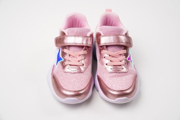 Baskets roses brillantes. chaussures lumineuses à la mode et élégantes pour les enfants des filles. magasin de chaussures.