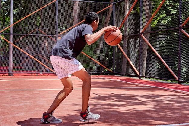 Basketteur noir jouant sur le terrain
