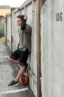 Basketteur urbain sur le côté posant