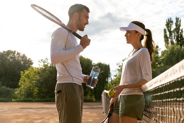 Basse vue couple sur un court de tennis