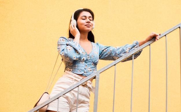 Basse vue femme tenant ses écouteurs