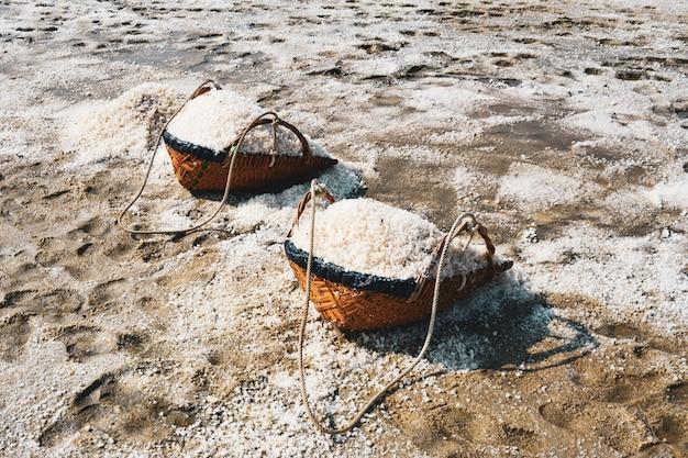 Bassin d'évaporation de sel, sel dans la ferme de sel de la mer de sel, thaïlande