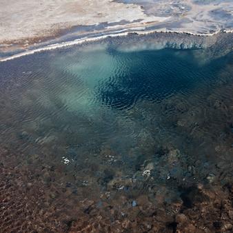 Bassin d'ondes peu profondes avec des gisements minéraux sur le rivage