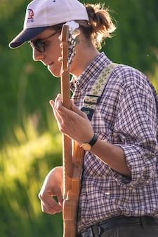 Le bassiste pince les cordes de la basse acoustique lors d'un concert