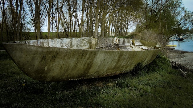 Bateau abandonné sur la rive du fleuve en italie