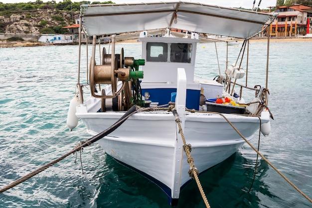 Bateau amarré avec beaucoup d'accessoires de pêche dans le port de mer, la mer égée à ormos panagias, grèce