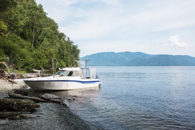 Bateau au bord du lac