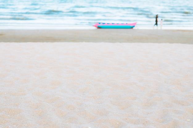 Bateau banane de plage de sable.