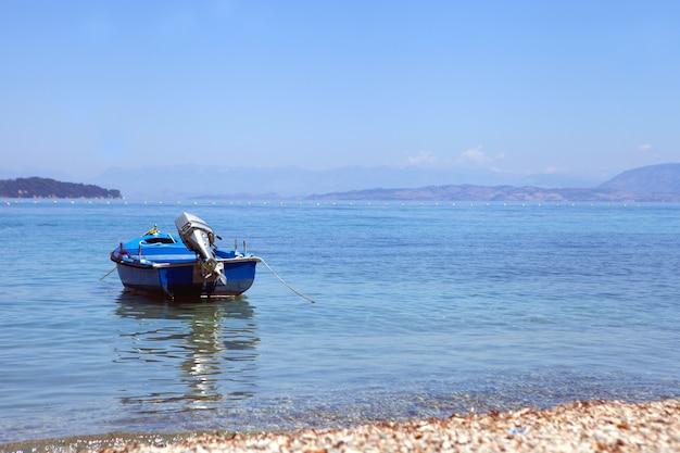 Bateau bleu à la mer en journée d'été temps ensoleillé voyage et vacances concept bleu lagon mer