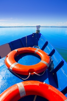 Bateau bleu naviguant dans le lac albufera de valence