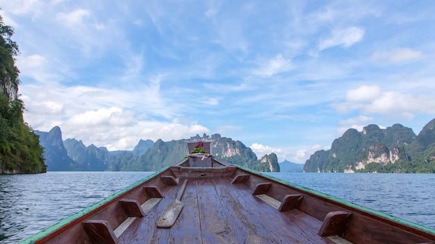 Le bateau en bois courait dans l'eau pour voyager.