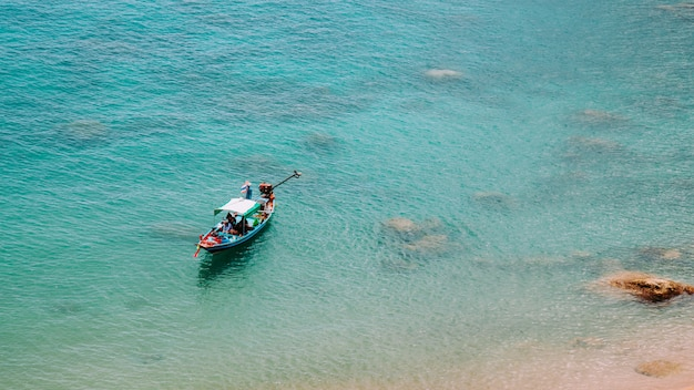 Bateau en bois dans la mer, koh tao, thaïlande